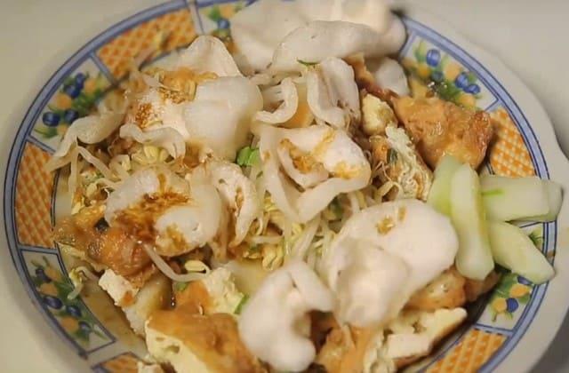 Tahu Lontong Lonceng merupakan salah satu kuliner tertua yang ada di Malang dan wajib masuk kedalam daftar makananmu di Malang