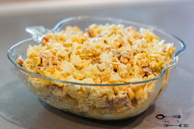 sałatki, sałatka z jajkiem, sałatka z kiełbasą, sałatka z żółtym serem, sałatka z selerem konserwowym, sałatka z kukurydzą, pyszna sałatka, szybka sałatka,