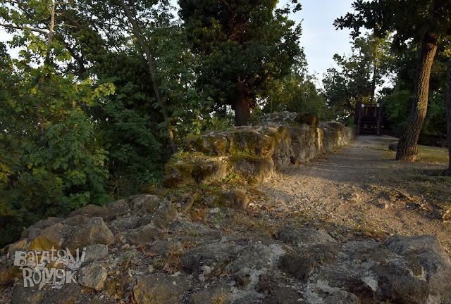 Szigligeti óvár kb. csípőmagasságig megmaradt kőfalai.