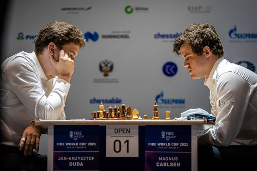 La seconde partie d'échecs entre Duda et Carlsen en demi-finale de la coupe du monde d'échecs - Photo © FIDE