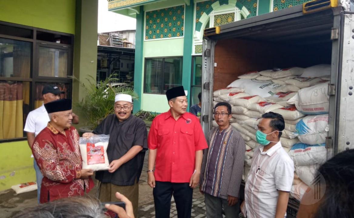 Bagikan Bantuan Beras, PDI Perjuangan Kabupaten Malang Sambangi Pondok Pesantren