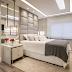 Quarto integrado ao closet com decor contemporâneo cinza, branco e dourado!