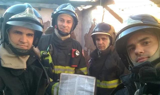 """Bombeiros se emocionam ao ver Bíblia intacta após incêndio: """"Poder divino"""""""