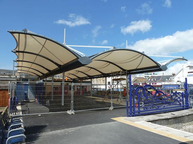 Tenda membrane tarik tempat parkir
