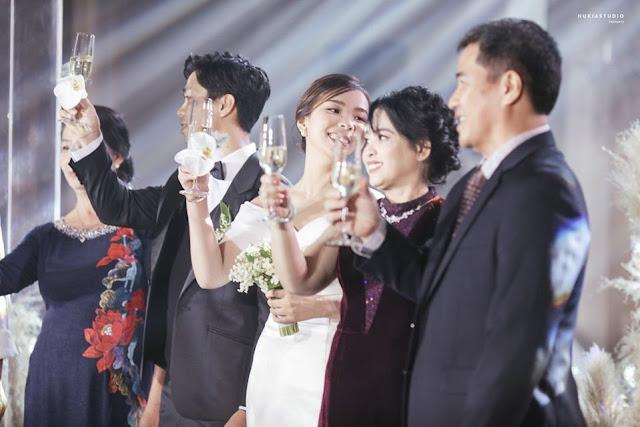 Công Phượng chia sẻ loạt ảnh 'căng đét' trong lễ đính hôn