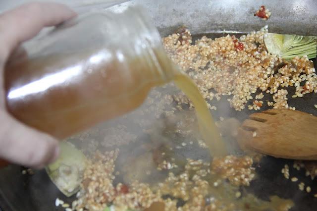 agregar caldo al arroz para hacer paella por pakus