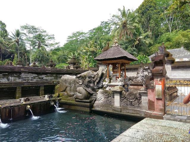 Храм Бали. .Храм Священной воды Тирта Эмпул.
