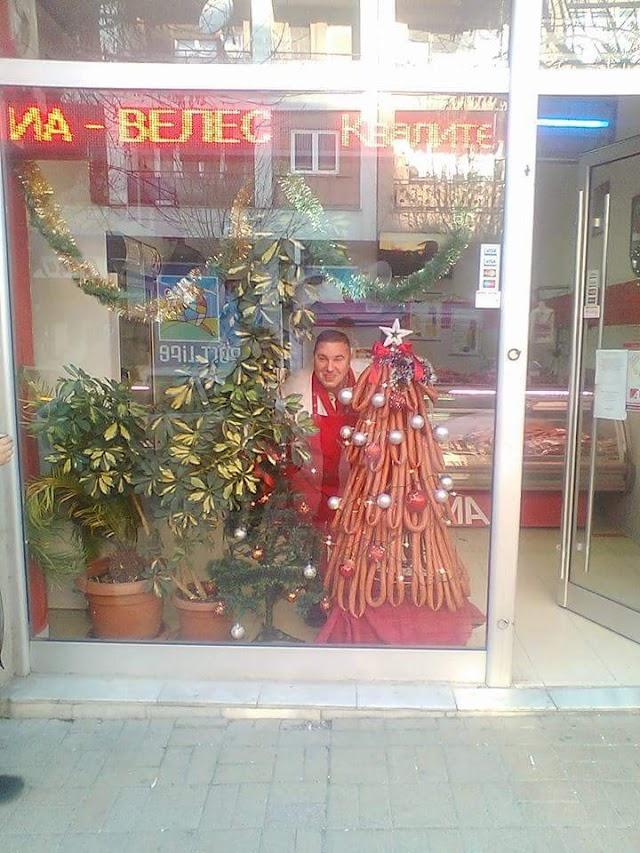 Frohe Weihnachten mit typischen Weihnachtsbaum aus Veles!