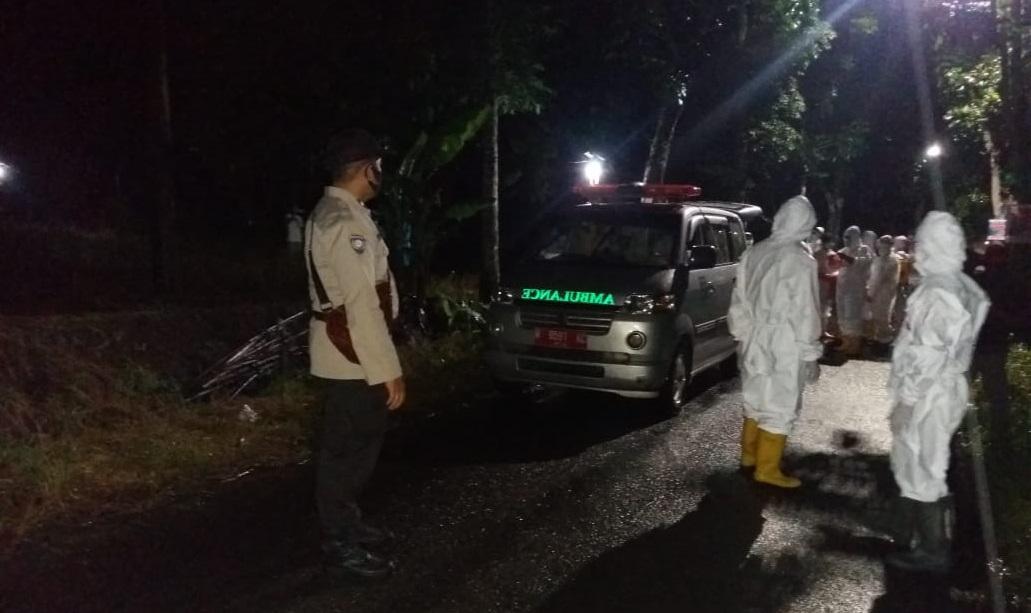 Malam Hari, Polisi Polsek Padamara Kawal Pemakaman Jenazah Pasien Covid-19