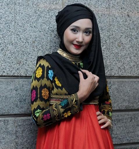Baju Batik Ala Artis: 29 Model Gaya Fashion Hijab Ala Artis Ibu Kota Yang