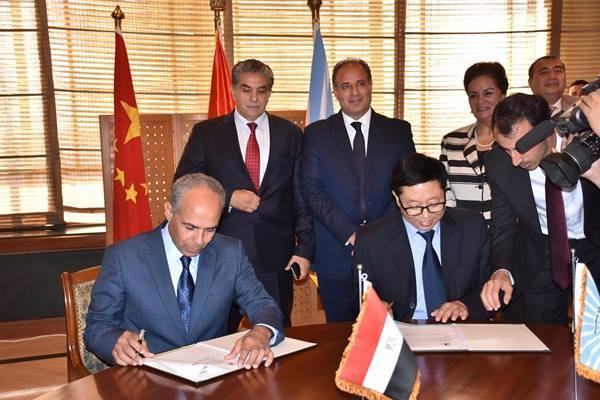 محافظ البحيرة ووزير البيئة يشهدان توقيع عقد إنشاء أكبر مصنع للورق فى مصر برشيد