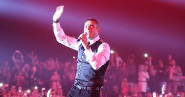 عمرو دياب يرد على شيرين من مسرح الاوبرا في حفلة دبي