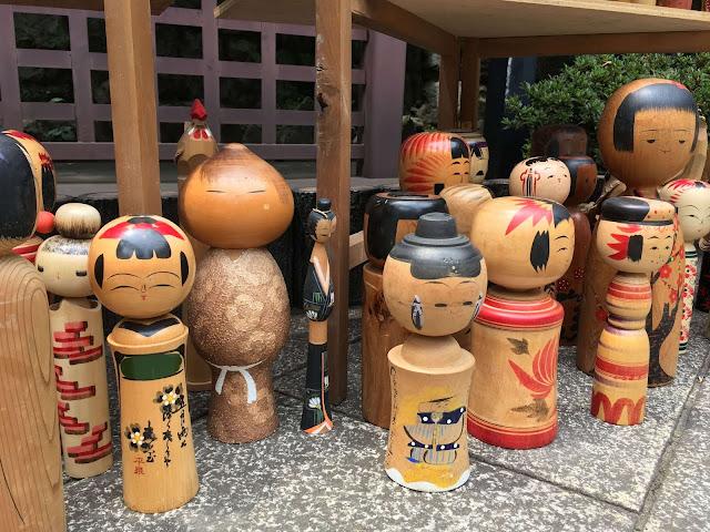 Lễ hội ngoài các điệu múa và nghi thức trang nghiêm còn có các quầy bán đồ lưu niệm và quầy ẩm thực dành cho du khách đến dự hội. Vật phẩm thường được chế biến tinh xảo, nhỏ nhắn và truyền tải nét đẹp văn hóa truyền thống của Nhật Bản.