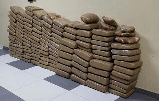 Autoridades ocupan 133 pacas de drogas en Baní