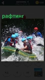 Группа людей в лодках осуществляют рафтинг по бурной реке в касках и с веслами