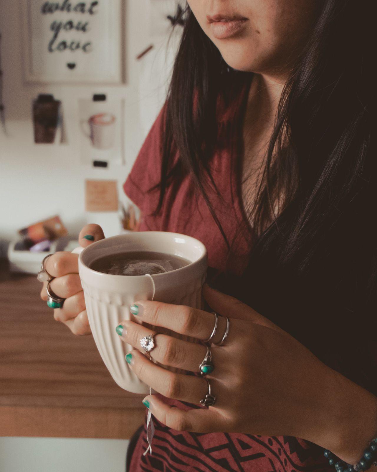 chá de camomila para os dias de ansiedade tomando caneca
