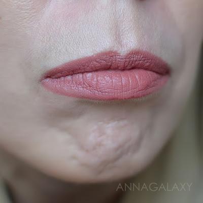 Как выглядит на губах Faberlic Velvet Kiss губная помада 40580 коричнево-розовый