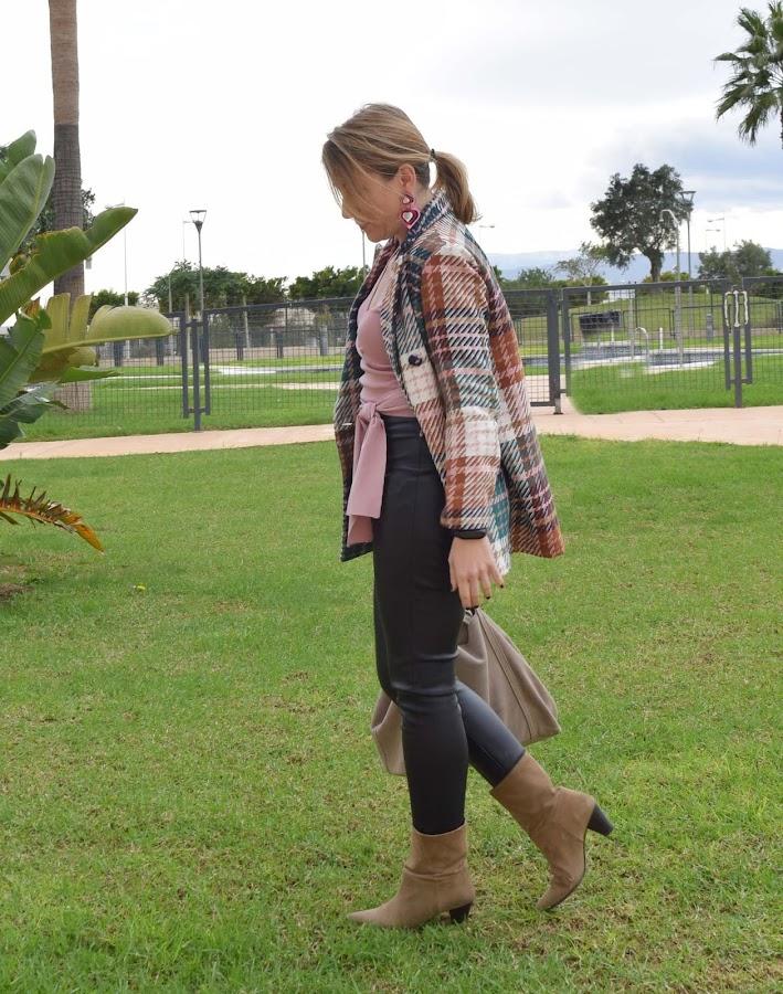 Look_blazer_cuadros_rosa_y_cuero