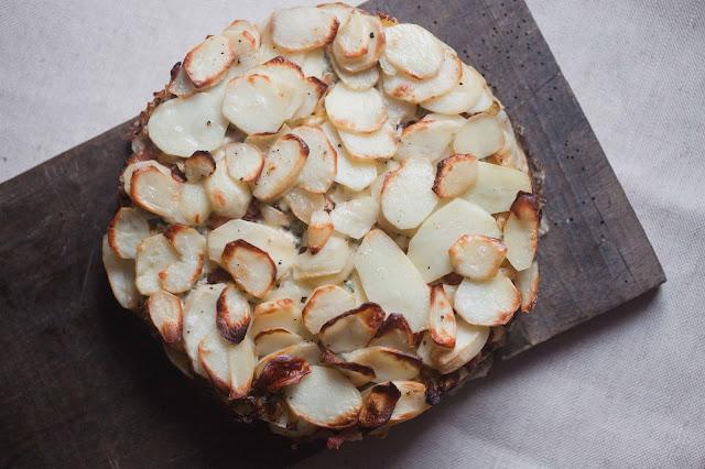 Ziemniaczana zapiekanka z boczkiem, kapustą i serem pleśniowym