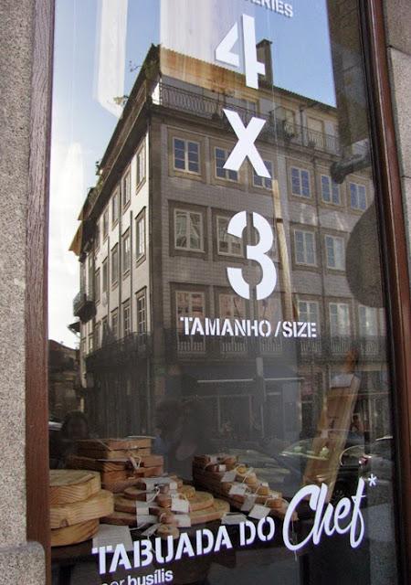 Montra da loja Busílis com decoração de tábuas de madeira