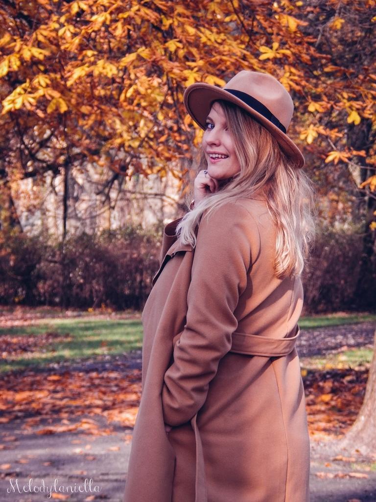 17 beżowy wiązany płaszcz na jesień wiosnę zimę beżowy kapelusz jak nosić kapelusz sukienka na jesień żółta w kwiaty zegarek daniel wellington kod rabatowy promocje rosegal zaful opinie moda fashion blogerka łódź