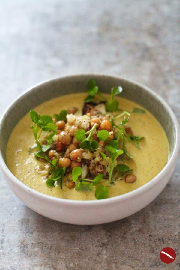 Rezept für cremige Blumenkohlsuppe mit im Ofen geröstetem Blumenkohl, gerösteten Kichererbsen, Kokosmilch und Curry Mumbai