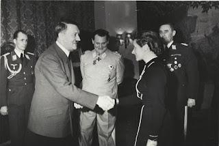 Hanna Reitsch siendo condecorada por Hitler