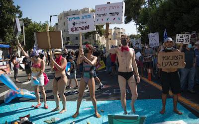 Pela terceira vez nesta semana, centenas se manifestam contra Netanyahu fora de casa