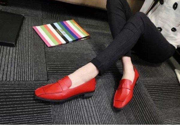 sepatu vintage wanita berwarna merah yang nyaman