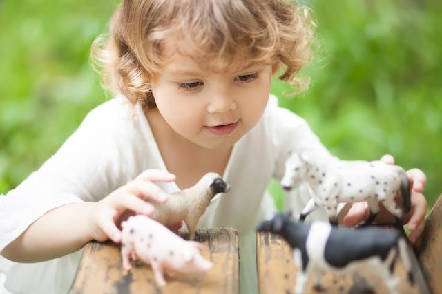 Die sensiblen Phasen nach Montessori: wie ein Kind lernt und was es mit den sensiblen Phasen auf sich hat, das erfährst du in diesem Beitrag.