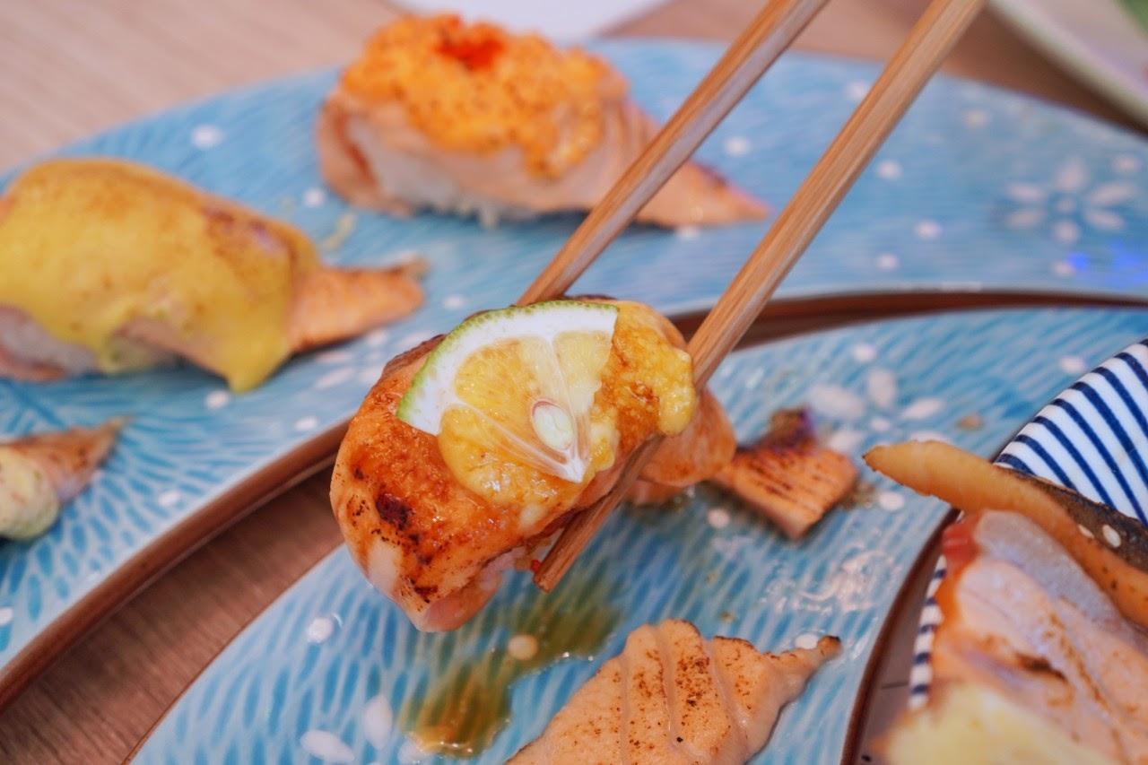 台南南區美食【舞壽司】不用改名免費請你吃鮭魚,舞壽司滿週年限時活動!療癒系炙燒鮭魚通通來一份|台南最熱門日料推薦