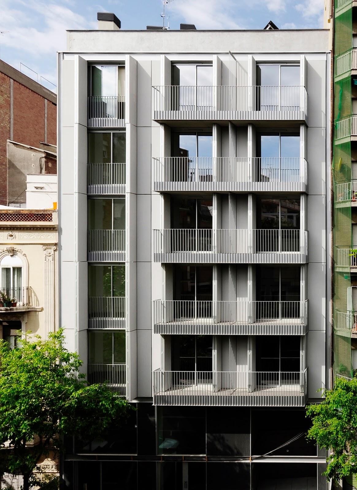 Un edificio con fachada textil ava studio revista for Fachadas de almacenes modernos