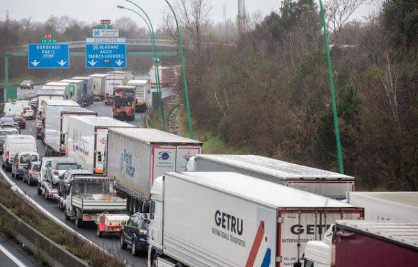 Déconfinement : Les forains mènent des opérations escargot partout en France pour réclamer la reprise de leur activité