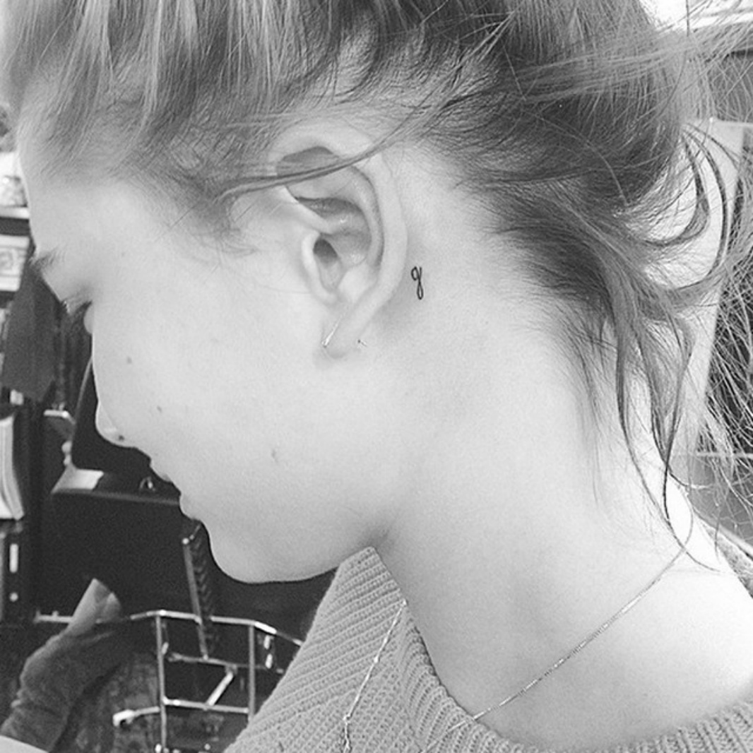 TINY TATTOO HAILEY BALDWIN