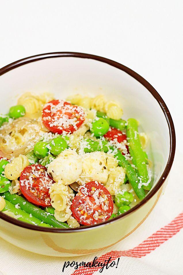 wloska-salatka-makaronowa-z-pomidorkami-koktajlowymi-fasolka-groszkiem-mini-mozzarella