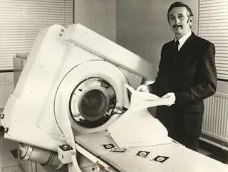 Hounsfield posando con su trascendental invento