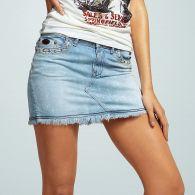 Foto de una minifalda jean celeste