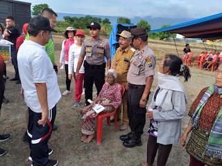 Wakapolda Sumut didampingi Bupati Samosir Berikan Bantuan Tali Asih Ke Tiga Desa Di Samosir