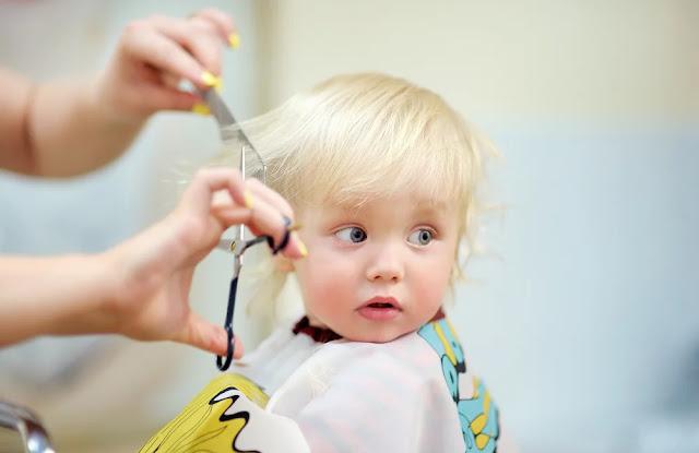 Anda mungkin perlu memotong rambut mereka dari waktu ke waktu Tips Memotong Rambut Bayi