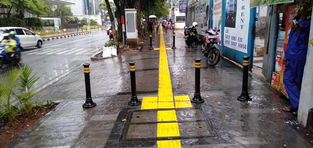 Tonggak Anti Pemotor Dan Parkir Mobil Di Trotoar Jalan Wahid Hasyim Jakarta