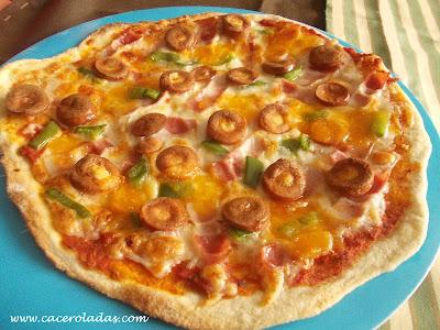 Pizza de salchichas y pimiento con queso cheddar