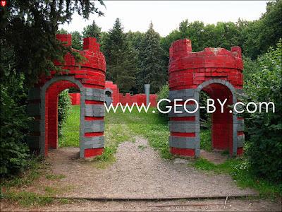 Минск. Парк у Комсомольского озера. Детский замок. Ворота