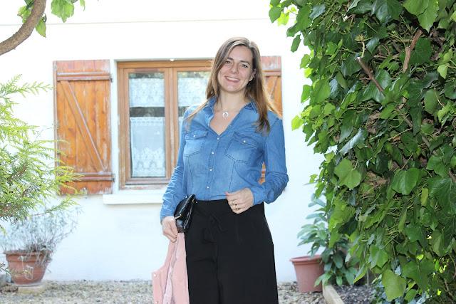 jupe culotte noir, chemise en jean, chaussures rose et paillettes minelli