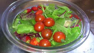 世田谷区(田園調布・奥沢)のお客様のご自宅に訪問&出張シェフ:トマトやイチゴの準備