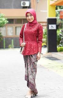 4. Model kebaya brokat modern hijab warna merah