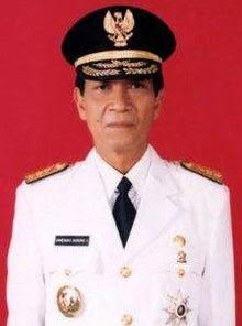 Gambar hamengkubuwono x dengan baju resmi gubernur