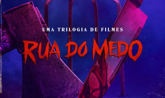 Imagem de capa: fundo azul-escuro, com um machado, um forcado e uma faca manchada de sangue, iluminadas por uma luz néon rosa e o título em vermelho que diz: Rua do Medo.