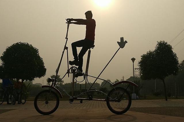 बेहद ऊंची साइकिल चलाता हुआ दिखा शख्स, देखे video