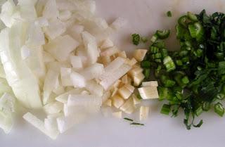 Cebolla, ajo y apio verde picados
