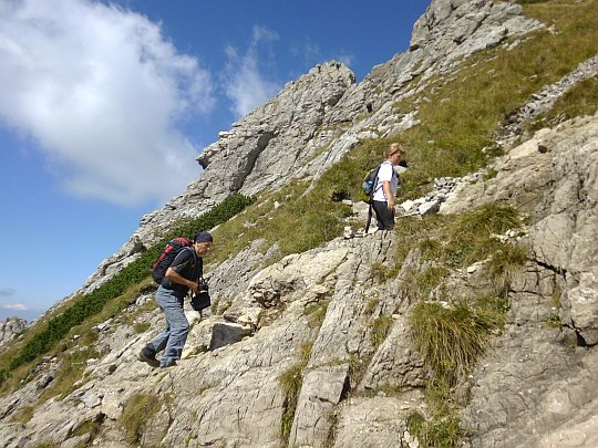Skalny fragment szlaku przed Wyżnią Kondracką Przełęczą.